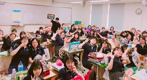 지난 6월 전홍철 커넥츠 스카이에듀 강사가 '찾아가는 진격' 프로젝트를 진행하고, 대전송촌고등학교 학생들과 특별한 만남을 가졌다